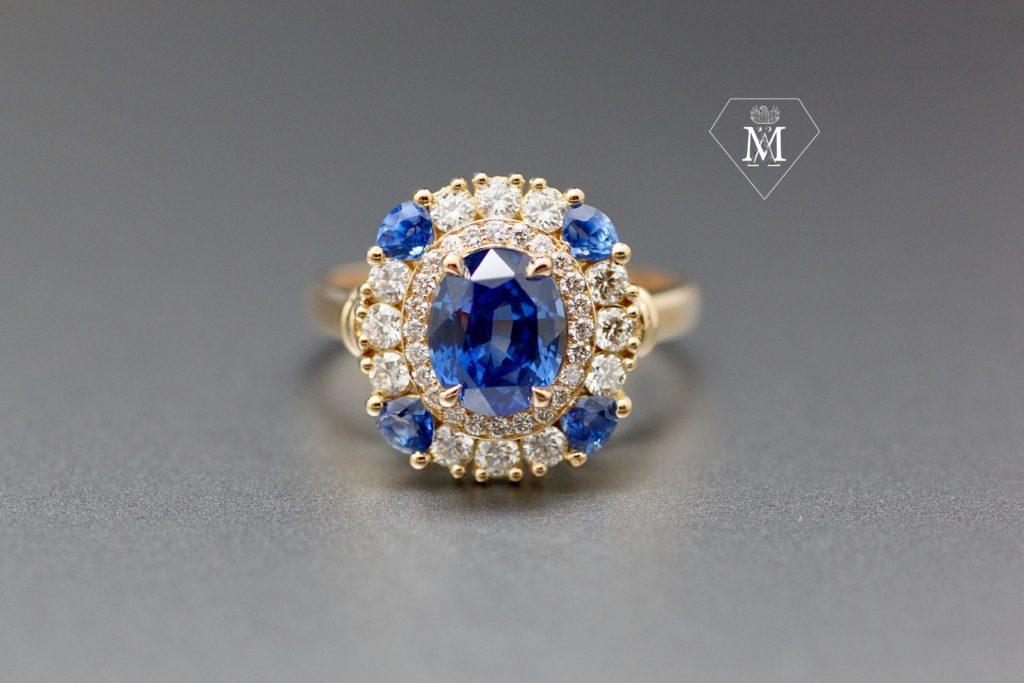 Bague de fiançailles sur-mesure, saphir ovale et diamants - Atelier MÄHLER