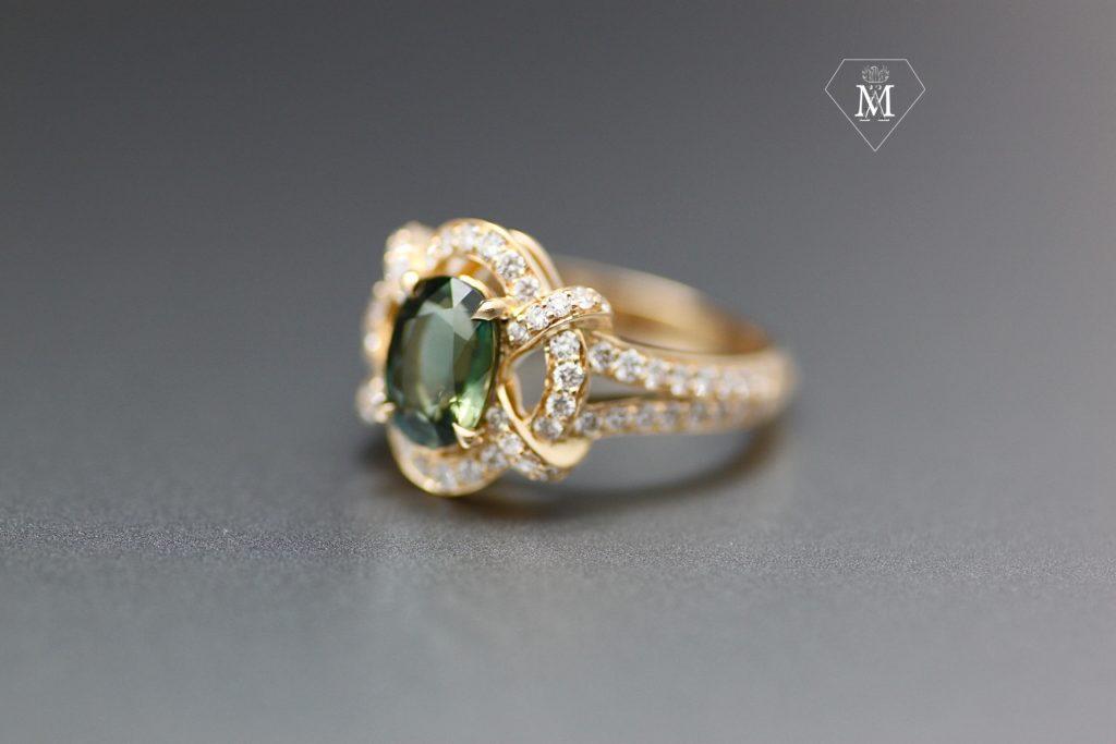Bague de fiançailles sur-mesure saphir vert, diamants et or jaune