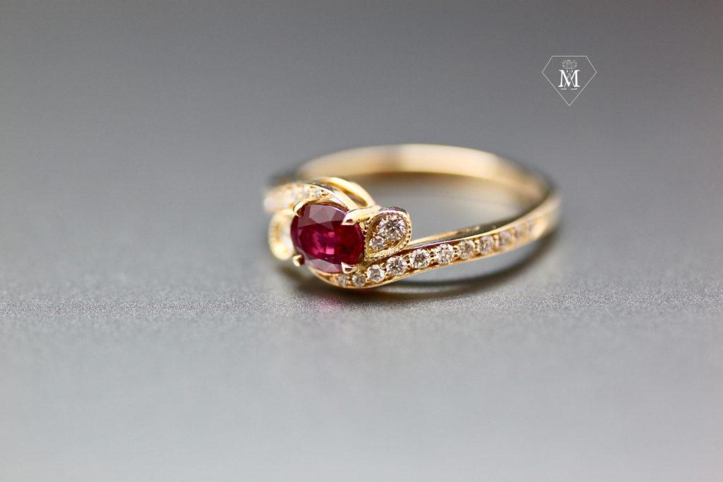 Histoire de bagues - bague de fiançailles sur-mesure- rubis et diamants