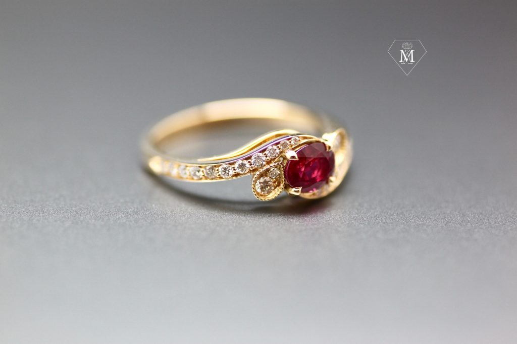 Histoire de bagues : bague de fiançailles sur-mesure : rubis et diamants