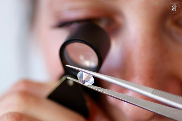 Test de la loupe pour reconnaître un vrai diamant - Atelier MÄHLER
